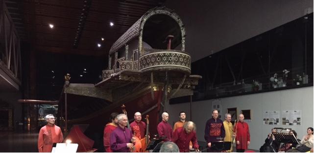Erken Dönem Müziği ile anılan Hortus Musicus 2016'da konserlere ev sahipliği yapmaya başlayan İstanbul Deniz Müzesi'ndeydi. Programlarında yer alan eserlerin en eskisi 12. yüzyıla tarihleniyordu. Toplulukta üçü ses sanatçısı olmak üzere on müzisyen vardı. Barok dönem müziğinde sesin şarkı gibi değil, enstrüman gibi çıkması gerektiğini; düz, çınlak ve vibrasyonsuz olmasını izledik. Otantik icrayı tamamlayıcı bir uygulama olarak müzisyenler dönemin giysi tarzını seçmişlerdi. Fotoğraf: Füsun Kavrakoğlu