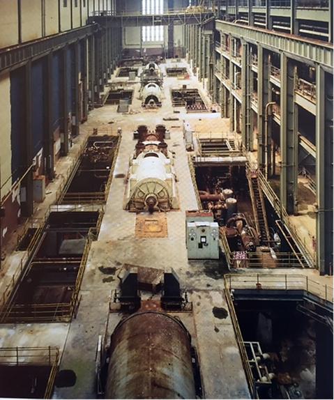 Önceden terk edilmiş bir elektrik santralı olan Tate Modern'in binası 2000 yılında kentsel dönüşüm bölgesine alındı ve müze oldu. Günümüzde bu bölge, galerilerin, şirket merkezlerinin ve lüks konutların semti haline gelmiş durumda. Fotoğraf: Tate Modern the Handbook, Tate Publishing, 2000.