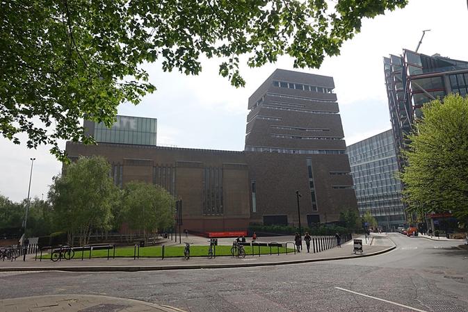 İngiliz şeker tüccarı ve sanayici Henry Tate, ülkesinin önde gelen sanat koleksiyonuna 1897 yılında adını verdiğinde müze sekiz odadan ibaretti. Galerinin kapasitesi 15 yılda iki katına çıktı. 1970'lerde genişletildi. 1980'lerde Tate Liverpool ve Tate St. Ives açıldı. Modern ve çağdaş sanat eserlerinin sergilenmesi için Bankside Elektrik Santrali İsviçreli mimarlar Herzog & de Meuron tarafından Tate Modern'e dönüştürüldü. 2000-2015 yılları arasında Tate Modern'i 40 milyondan fazla kişi ziyaret etti. 2009'da alınan genişleme kararı ile 260 milyon sterlinlik mimari proje Herzog & de Meuron imzalı 10 katlı Tate Modern genişleme birimi Switch House ilave edildi. Bu, mevcut yapıya %60 daha fazla sergileme ve etkinlik alanı katacak olan, piramidi andırır, kiremit yüzeyli yapı ilk haftada 143 bin kişi tarafından gezildi. İngiltere'nin en prestijli sanat ödülü olan ve her yıl verilen Turner Ödülü'nün komite başkanlığını Tate Direktörü yürütür. Fotoğraflar: Füsun Kavrakoğlu