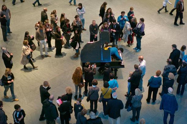 Çeşitli sanatçılar tarafından icra edilen Dur, Onar, Hazırla: Hazırlanmış Piyano için Neşeye Övgü Çeşitlemeleri'ni MoMA'da Jun Sun çalarken. Fotoğraf:  Ángel Franco/The New York Times