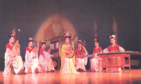 Duvar resimleri ve başka yerlerde tasvir edilen Han Hanedanı dansçılarının, dansın bu dönemde daha da geliştiğine tanıklık etmektedir. Tang Hanedanı döneminde dans, yeni doruklara ulaşmıştır. Çin'in kültürünün önemli bir parçası olan operada kadın rolleri erkekler tarafından oynanırdı. Şanghay, 1995.