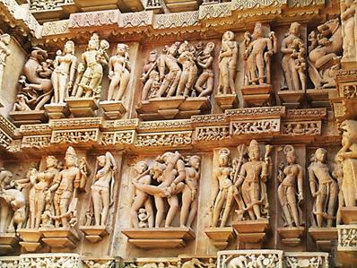 Efsaneye göre güzel Prenses Hemavati'yi gören Ay Tanrısı Chandra ilk görüşte ona aşık olur. Chandra, güzel prensesin karşısına yakışıklı ve çekici bir prens olarak çıkar ve onu kendisine aşık etmeyi başarır, daha sonra bu çiftin bu bölgeyi bir aşk şehrine çevirdiği söylenir. Aşk ve tutku için yapılan 85 tapınağın 22 tanesi günümüze ulaşmıştır. Tapınaklar, Tanrı Şiva ile eşi Şakti'nin birleşmesini, yani kozmik birleşmeyi betimleyen kabartmalarla süslüdür. Fotoğraf: Füsun Kavrakoğlu, Kajuraho, Hindistan 2011.
