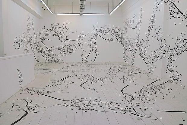 Uzun süredir Almanya'da yaşayan İranlı sanatçı Parastou Forouhar (1962-), 1999 yılından bu yana farklı mekanlara uyguladığı Yazılı Oda adlı yerleştirmesini 2016 yılında İstanbul'da da sergilemişti. Sanatçının mürekkep kullanarak galerinin beyaz duvarlarını ve zeminini bir ekseni takip etmeksizin Farsça yazılarla kapladığı bu metin yerleştirmesinin okunması üzerlerinde Farsça yazılar olan, zemine bırakılmış pinpon topları ile iyice zorlaştırılıyor. Ziyaretçinin yazıya çeşitli anlamlar atfetme arzusuna meydan okuyan Yerleştirmede metin, Farsça bilmeyenler için olduğu kadar, bu dili bilenler için de anlaşılmaz kılınıyor. Fotoğraf: Urban