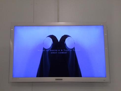 Çarşaf, Aykut Cömert, 2015. Contemporary Istanbul 2015'te sergilenen siyah beyaz video eseri. Fotoğraf: Füsun Kavrakoğlu
