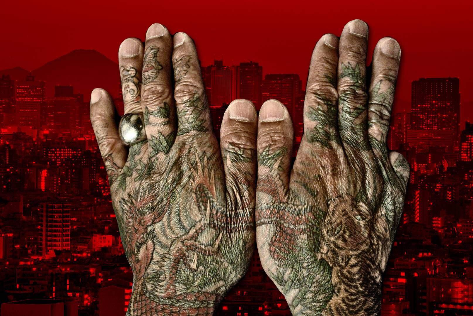 Yakuza Japonya'daki geleneksel organize suç örgütlerinin üyelerine verilen isimdir. Her ülkede adamları olabilen örgütün üyelerine, küçük parmaklarını kestiklerinden, parmağı kesikler veya dokuz parmaklılar da deniyor. Dövmeleri mavi ve kırmızı doğal boyalarla yapılır. Japonya'da feodal dönemde suçlulara dövme yapılırdı. Fotoğraf: The Daily Beast