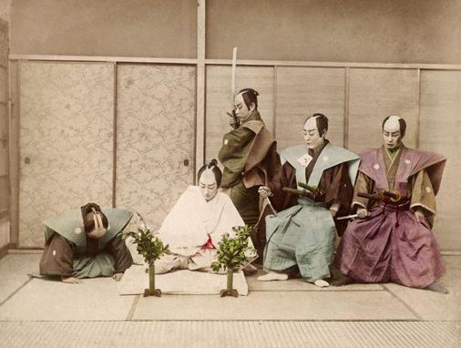 Ritüel kıyafetleriyle Seppuku'nun bir Japon tiyatro oyununda canlandırılması.. Fotoğraf: ThoughtCo
