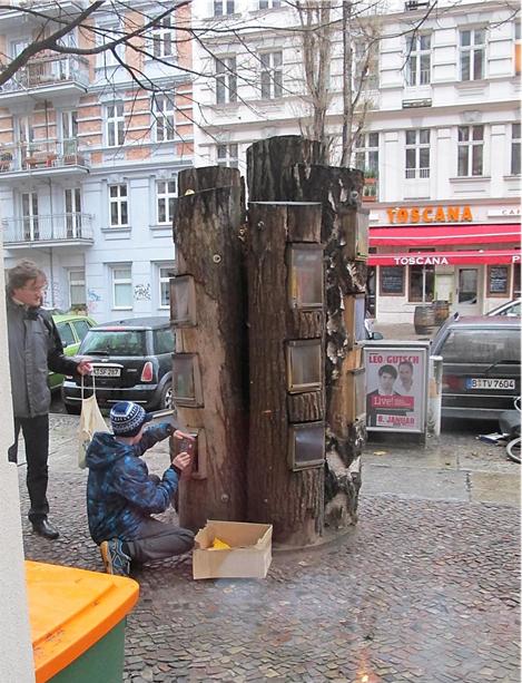 Artık e-kitap var ama Berlin'de, Kollwitz Strasse'de ağaç gövdelerinden yapılmış, bir sosyal sorumluluk projesi olarak geliştirilmiş, bedava kitap alınabilen ve isteyenin kitap bırakabildiği kütüphane hala iş görüyor. Fotoğraf: Nur Emiroğlu, 2014.