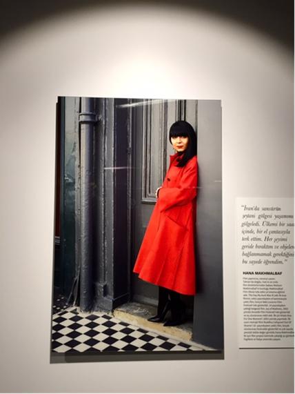 Contemporary Istanbul 2015'te İran'ın Aydınlık Kadınları adlı bölümde yazar, akademisyen, film yapımcısı, gazeteci, yönetmen, sanat ve mimarlık küratörü olan bir dizi başı açık, ülkelerini terk etmek zorunda kalmış İranlı kadının portresi ile onların düşlerini, düş kırıklıklarını yansıtan bir sunum vardı. Yukarıda, onlardan biri olan, film yapımcısı Hana Makhmalbaf. Fotoğraf: Füsun Kavrakoğlu