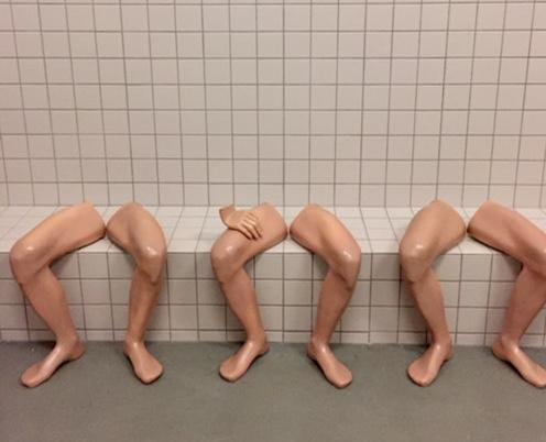 İsimsiz (detay), Candeğer Furtun, 1994-96. Sanatçı bu seramik serisinde, dokuz tane çıplak insan bacağını fayans kaplı bir sıra üzerine yan yana yerleştirmiştir. Bu manzara, bir toplu taşıma aracındaki, bekleme odasındaki, ya da başka kamusal veya özel alanlardaki oturuşları çağrıştırabilir. Oturur vaziyette iki yana açılmış bu erkek bacakları, eril güce ve dışlayıcı taktiklerine işaret etmektedir. Candeğer Furtun, oturuş tarzı ile cinsiyet meselesini incelterek izleyiciye yansıtmaktadır. Fotoğraf: Füsun Kavrakoğlu, 15. İstanbul Bienali, İstanbul Modern, 2017.