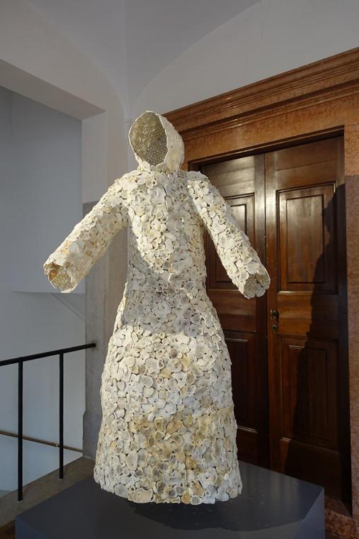 Keşiş, Jan Fabre, 2001. 2017 Venedik Bienali'nde sergilenen eserde insan kemikleri, demir teller ve iplik kullanılmış. Fotoğraf: Füsun Kavrakoğlu