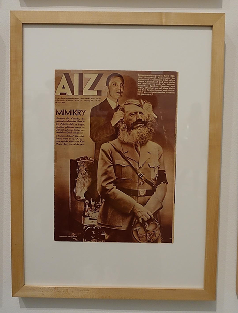 Taklitçilik, John Heartfield, 1934. Alman sanatçı John Heartfield (1891-1968) politik çürümeyi fotomontajla anlatma yolunu seçmiş bu alanda öncü bir sanatçıdır. Birinci Dünya Savaşı sırasında Helmut Herzfeld olan adını milliyetçiliği protesto etmek için John Heartfield'a değiştirmiştir. Yine aşırı sağın zalim ve ikiyüzlü politikasını protesto için 1920 yılında Komünist Partiye katılmıştır. Eserleri sergilerin yanı sıra komünistlerin çıkarttıkları dergilerde de basılmıştır. Nazileri baş hedefi haline getirince Prag'a kaçmak zorunda kalmış, çalışmalarını daha sonra Birleşik Krallık'ta sürdürmüştür. Yukarıdaki fotomontajında, Goebbels'e bir tavsiyede bulunmaktadır: Goebbels Führer'ine, İşçi Bayramında emekçilere hitap ederken Marx'ın sakalını takmasını söylemelidir.  Fotoğraf: Füsun Kavrakoğlu, Tate Modern, 2017.