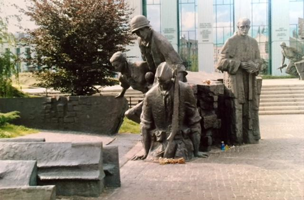 """Varşova Ayaklanması Anıtı'ndan bir bölüm, Varşova, Polonya. 1944'de 63 gün süren ayaklanmayı bastıran Naziler üç ay boyunca şehri yakıp yıktılar. Ayaklanma esnasında Kızıl Ordu, Vistula Nehri'nin karşı kıyısındaydı ama Polonyalılara yardıma gelmedi. 1945'te Ruslar """"şehri kurtarmaya"""" geldi. O zamana kadar şehirde binaların %85'i yıkılmış, 700.000 kişi ölmüştü. Ruslar, Ayaklanma'dan bahsetmeyi yasakladılar. Fotoğrafta bir bölümü görülen anıt, 1989 yılında, Ayaklanma'nın 45. yıl dönümünde açıldı. Anıtın bu bölümünde, kanallardan kaçarak kurtulmayı başaran 5.000 kişi temsil ediliyor. Fotoğraf: Füsun Kavrakoğlu"""