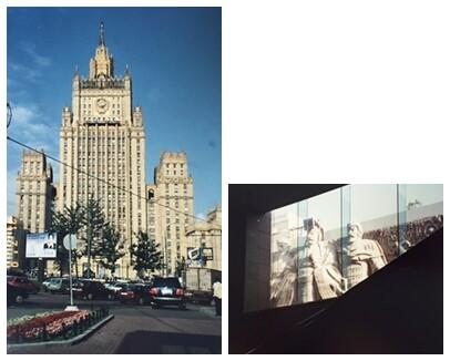 Ortaçağ şatosu, halkı tehdit eder gibi yükselir. Solda, Moskova'da inşa edilmiş, Stalin Gotik yedi binadan biri. Bunlardan biri Dışişleri Bakanlığı, biri Moskova Devlet Üniversitesi tarafından kullanılıyor. Üniversitenin binası 40 bin odalı. Sağdaki fotoğrafta ise Çin'in Xian kentindeki bir heykel. Devlet baskısı, aynı Asur rölyeflerinde olduğu gibi, mimari ve heykel ile de kendini empoze eder. Baskıcı zihniyet çağlara göre değişmez. Bir başka yöntem ise tüm devlet dairelerine asılan resimlerdir. Stalin'in her şeyi denetleyen bakışları altında çalışmak ve o bakışa katlanmak zorunda kalmak pek çok eserde anlatılmıştır. Sürekli göz hapsinde tutulan halk, politik şiddetin nesnesi olur. Fotoğraflar: Füsun Kavrakoğlu