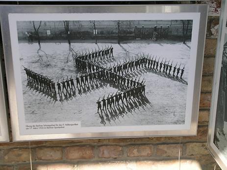 Svastika gibi antik bir simgeye kötü şöhret kazandıran Nazilerin çekmiş oldukları bu fotoğraf yıkılan Berlin Duvarının üzerinde sergilenmekteydi. Fotoğraf: Füsun Kavrakoğlu
