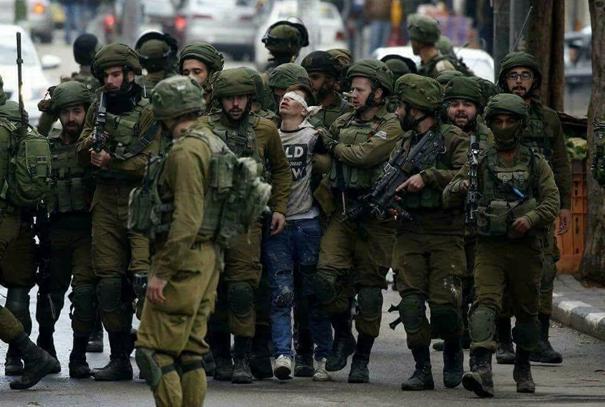 """İsrail-Filistin davasında """"taş atan çocuklar"""" intifadanın sembolü olmuşlardı. 2017 yılında da Kudüs direnişinin sembolü çok sayıda İsrail askeri tarafından askeri karakola gözleri bağlı şekilde götürülen Fevzi el Cuneydi oldu. Fotoğraf: AA, Wisam Hashlamoun."""