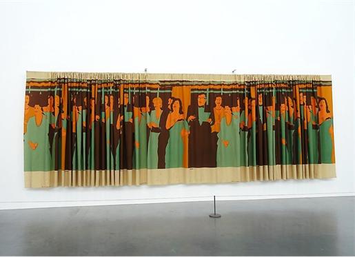 İç Dekorasyon, Beatriz Gonzalez, 1981. Kolombiyalı sanatçı Beatriz Gonzalez (1938-), ülkesinde gelişigüzel tutuklamalar ve işkenceler sürerken zamanın Kolombiya Devlet Başkanı Julio César Turbay Ayala'nın sürekli partilerde keyifle içerken, dans ederken, eğlenirken çekilmiş ve gazetelerde yayımlanmış fotoğraflarını perdelik kumaşa basar. Bir tekstil şirketi ile anlaşarak kumaşı metreyle satar. Hem pazarlanabilir bir ürün üretmiş olur hem de ülkedeki çürümenin perde arkasını gösteren bir metafora imza atmış olur.  Yöneticilerin ülkenin onlar yüzünden içinde bulunduğu kötü duruma rağmen keyiflerine bakmaları Orta ve Güney Amerika'da ve benzeri yerlerde yaygın bir tavırdır. Fotoğraf: Füsun Kavrakoğlu, Tate Modern, 2017.