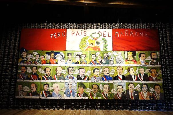 70'li yıllarda Perulu sanatçıların pek çoğu gibi Juan Javier Salazar (1955-2016) da ülkesinde ütopik bir değişimin hayalini kurmuştu. Sömürgeciliği, ülkesinin kaybolan kadim kaynaklarını sanatına konu edinmiş, ülkesinin kültür alanında kahramanı olmuştu. Salazar'ın yıllar boyu yönetime gelenlerin birbirlerinden farkı olmadığını, hep aynı şeyleri söylediklerini, her şeyi erteleyerek ülkeyi zorda bıraktıklarını açıkça anlatan bir eseri. Fotoğraf: Füsun Kavrakoğlu, Venedik Bienali, 2017.