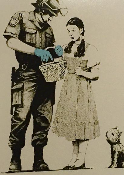 """Stop and Search-Study, Banksy, 2007. Global Karaköy İstanbul, 2016. ABD'li şair ve deneme yazarı Kenneth Rexroth (1905-1982), """"Yoksullar, varoşlarda kalıp kendi suç yahnilerini kaynatmaya devam ederlerse polisin copu onları rahatsız etmez,"""" diye yazar. Fotoğraf: Füsun Kavrakoğlu"""