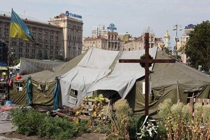 Ukrayna'ya bağlı olan Kırım'ın 2014 yılında Rusya tarafından işgal edilmesi ile başlayan Ukrayna-Rusya gerginlik ve çatışmalarını Kiev'de Bağımsızlık Meydanı'nda protesto edenlerin kurduğu kamptan görüntüler. Bu tip durumlar, saldırgan ülkeye çeşitli yaptırımlar uygulanarak çözülmeye çalışılıyormuş gibi yapılıyor. Fotoğraf: Nikita Kadan, Limits of Responsibility, 2014.