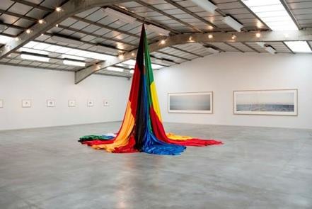 Bir Zamanlar (Once Upon a Time), Nasan Tur, 2011. Nasan Tur (1974-), altı metre yüksekliğindeki bu Yerleştirmesinde günümüzde var olmayan sekiz ülkenin bayrağını bir araya getirerek ulus devletlerin geçiciliğine ve kırılganlığına dikkat çekmeyi hedefliyor. Fotoğraf: Artfox