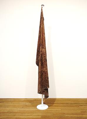 Bayrak, Teresa Margolles, 2009. Meksikalı sanatçı Teresa Margolles (1963-) eserini kumaş, Meksika'nın kuzey sınırından aldığı toprak ve kan kullanarak yapmış. Eseri ile uyuşturucu trafiğinden ötürü meydana gelen binlerce ölümü ve devletin bu trafiği önlemekteki başarısızlığı/isteksizliği/beceriksizliği temsil etmek istemiş. Eserin bir başka versiyonu 2009 Venedik Bienali'nde de sergilenmiş. Fotoğraf: Füsun Kavrakoğlu, Tate Modern, 2017.