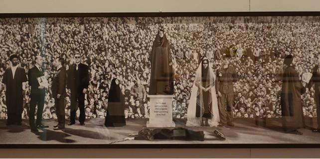 Gözetim, Mitra Tabrizian, 1990. Okuduğu Westminster Universitesi'nde şimdi ders vermekte olan İran kökenli İngiliz fotoğraf sanatçısı ve film yönetmeni Mitra Tabrizian'ın (1959-) temaları sosyal ve politik konulardır. Gözetim adlı eserde İran tarihinin üç dönemi ve bu dönemlerde Batı'nın ve İranlı politikacıların rolleri betimleniyor. Solda, demokratik yollarla seçilmiş Başbakan Muhammed Musaddık'a karşı, 1953 yılında ABD ve İngiltere tarafından düzenlenen darbe temsil ediliyor. Merkezde, İran İslam Devrimi sonrasında başlayan İran-Irak Savaşı'nın (1980-1988) ilk yılları çarşaflı kadınlar ve bir asker figürüyle gösteriliyor. Sağda ise 1979 yılındaki devrim ile Humeyni'nin iktidara gelişi ve İran İslam Cumhuriyeti'nde tek yetkili oluşu canlandırılıyor. Fotoğraf: Füsun Kavrakoğlu, Londra, Victoria&Albert Museum, 2017.