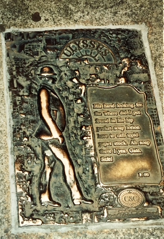 Ulysses'in geçtiği yerler Dublin'de, yerinde, bronz levhalarla işaretlenmiştir. Burada eserin 150. sayfasına ait levha görülmektedir. Fotoğraf: Füsun Kavrakoğlu