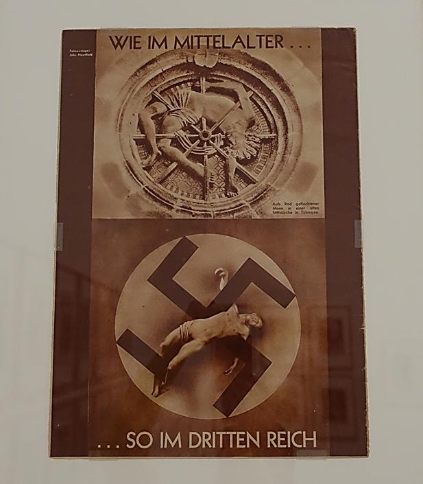 Ortaçağlardaki Gibi, John Heartfield (1891-1969), 1934. Eserin teması şehitliktir. Ortaçağdaki din şehitleri ile Üçüncü Reich veya diğer adıyla Nazi Almanyası'nın kanına girdiklerini gamalı haçı Çarmıh gibi kullanarak ifade ediyor. Fotoğraf: Füsun Kavrakoğlu, Tate Modern, Londra, 2017.