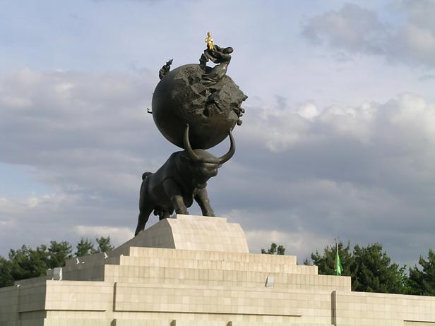 Sapar Murad Niyazov (1940-2006), 1985 yılından beri Türkmen Komünist Partisi Birinci Sekreteri olarak yönettiği ülkenin, Sovyetler'in çökmesi sonrası 1991'de bağımsızlığını ilan etmesiyle Türkmenistan'ın ilk devlet başkanı olmuştu. Türkmenbaşı adını benimsemiş, 1999 yılında kendisini ebedi devlet başkanı ilan ettirmiş, sonra 70 yaşında görevi bırakacağını açıklamıştı. 2001 yılında çıkardığı Ruhname adlı kitabının okullarda okutulmasını, üniversiteye giriş ve ehliyet alımında sınav konusu olmasını zorunlu kıldı. Ocak ayına kendi adını, nisan ayına annesinin adını verdi. Türkmenbaşı adı bir meteora, ayda bir kratere, ülkenin en yüksek tepesine, caddelere, çiftliklere, at sürülerine, bir kente verildi. Her sokağa bir heykeli yapıldı, her binaya posteri asıldı. Hipokrat yeminini kaldırıp doktorları kendisine yemin ettirdi.  Aşkabat'ta yaptırttığı 95 metre yüksekliğindeki heykelin en üstündeki altın çocuk kendisini temsil ediyor. Başka altın Türkmenbaşı heykelleri de yapılmıştı. Fotoğraflar: Füsun Kavrakoğlu