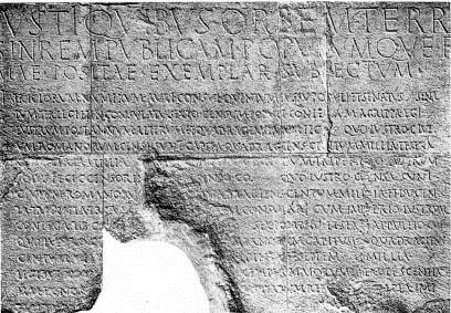 Monumentum Ancyranum (Ankara Anıtı), iki dilde, Latince ve Grekçe kaleme alınmıştır. Augustus Tapınağı Yazıtı ve Yazıtlar Kraliçesi de denen yazıt, Roma İmparatorluğu'nun kuruluş günlerinin dünyadaki en önemli belgesidir. Anıtın yer aldığı nokta 28 yüzyıl boyunca çok ve tek tanrılı dinlerin kutsal mekanı olmuştur. Frigler döneminde Ay Tanrısı Men ve Kibele Tapınakları; Roma döneminde Augustus Tapınağı olmuş; Hıristiyanlara kilise olarak hizmet vermiş, 15. yüzyılda cami olmuştur. Yazıt, günümüzde Hacı Bayram Camii'nin bitişiğinde yer almaktadır. Fotoğraf: www.rehberonur.com