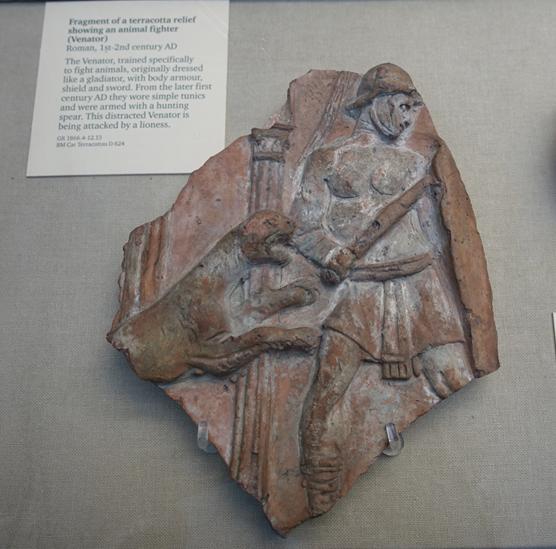 MS 1.-2. yüzyıllara tarihlenen rölyefte özellikle hayvanlarla dövüşmek üzere eğitilmiş ve dişi bir aslan tarafından saldırıya uğrayan bir savaşçı görülüyor.  Fotoğraf: Füsun Kavrakoğlu, Londra, 2017.