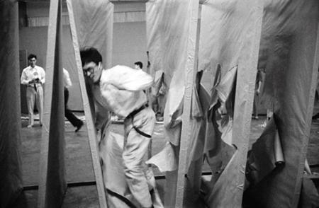Delip Geçmek, Saburo Murakami, İkinci Gutai Sanat Sergisi, 1956. Fotoğraf: Artforum, Otsuji Kiyoji.