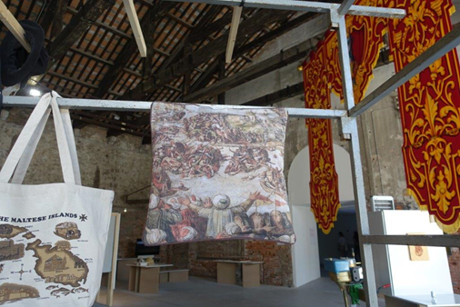 2017 Venedik Bienali, Malta Pavyonunda sergilenen eserlerden biri de Osmanlı'nın Malta Kuşatmasını betimleyen yastık kılıfı idi. Düşman, kimlik oluşumu için gereklidir. Fotoğraf: Füsun Kavrakoğlu
