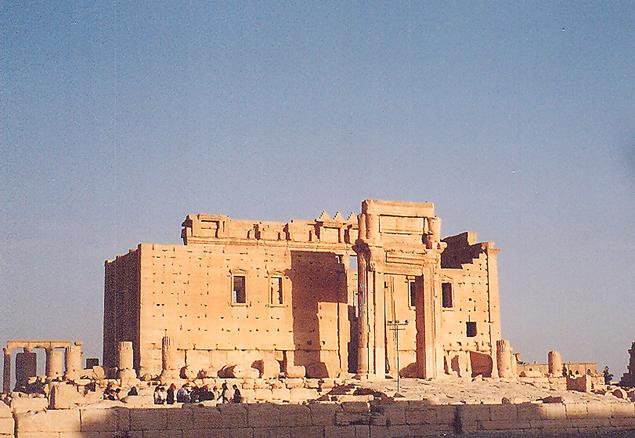 Palmira Bel Tapınağı- MÖ 2. yüzyılda yapılmış Helenistik tapınak üzerine birinci yüzyılda inşa edilen bu tapınakta tapım üçüncü yüzyıla kadar devam etmişti. Kuzey cephe örgüsü orijinaldi, diğer cepheler burayı 12. yüzyılda kaleye dönüştüren Arapların yaptığı duvarlardı. Tapınağın giriş kapısının dikdörtgenin uzun tarafından açılmış olması ve kapının duvarın ortasında olmaması gibi unsurlar burayı benzersiz kılıyordu. IŞİD, 2015 yılında Bel Tapınağı'ndan geriye pek bir şey bırakmadı. Fotoğraf: Füsun Kavrakoğlu, 2003.