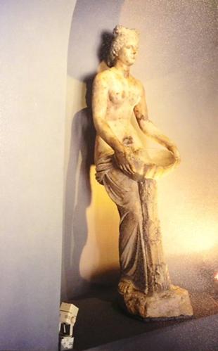 Allianoi'de hamamın ana salonunda bulunan, hasarsız ele geçirilen Afrodit heykeli, 2000 yıldır durduğu yerden alınarak Bergama Müzesi'ne götürüldü. Fotoğraf: Füsun Kavrakoğlu, Bergama Müzesi 2001.