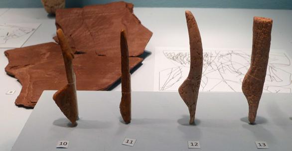 Almanya'da Gönnersdorf'da yapılan kazılardan elde edilen, 15 ila 13 bin yıl önce yapılmış formlar.  Kıta Avrupası'nın Üst Paleolitik dönem sembolik dünyasında av hayvanlarından sonra en önemli obje kadındır. Değişik materyallerden yapılma üç boyutlu formların dışında iki boyutlu görseller de mevcuttur. Gönnersdorf kadın formu için şematik, standardize edilmiş, hızlı seri üretim tanımları yapılabilir. Betimlemelerin benzerlikleri, farklı coğrafyalarda ortak anlamları yakalayacak şekilde bir standartlaşmadan bahsedilebileceğini düşündürüyor. Fotoğraf: Arkeoloji Gazetesi