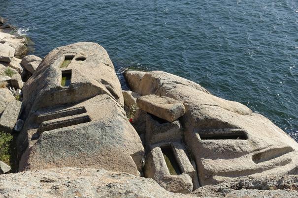 Bafa Gölü'nün kıyısında ve adacıklarda kaya mezarları bulunmaktadır. Herakleia Nekropolü olarak adlandırılan alanda, göl kıyısında, adacıklarda, göl sularının altında kalmış pek çok mezar bulunmaktadır. Mezarlar genellikle kayaya oyulmuş sanduka biçiminde ve yan yana, birbirine bitişik şekilde oyulmuştur. Bazı mezarların üzerinde veya yanında yine kayalardan yapılmış kapaklar vardır. Antikçağda Anadolu'da çok yaygın olarak kullanılmış, Bizans döneminde de bazı bölgelerde tercih edilmiş, doğal kayanın içine oyulmuş ve üzeri ağır bir kapak ile kapatılmış bir tür lahit olan hamasorion. Orta Bizans dönemine tarihlenen, Bafa Gölü'ndeki hamasorion. Fotoğraf: Bizantion'dan İstanbul'a Bir Başkentin 8000 Yılı, Sabancı Üniversitesi, 2010.